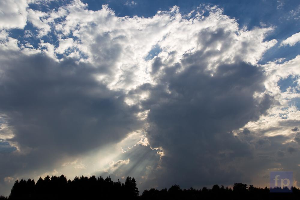 Wolken spielen mit Licht und Schatten