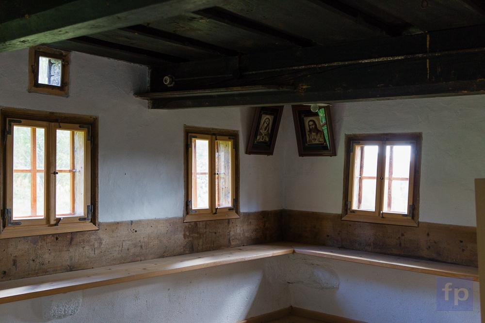 Die Bank rundum in der Stube war typisch für die Häuser dieser Zeit.